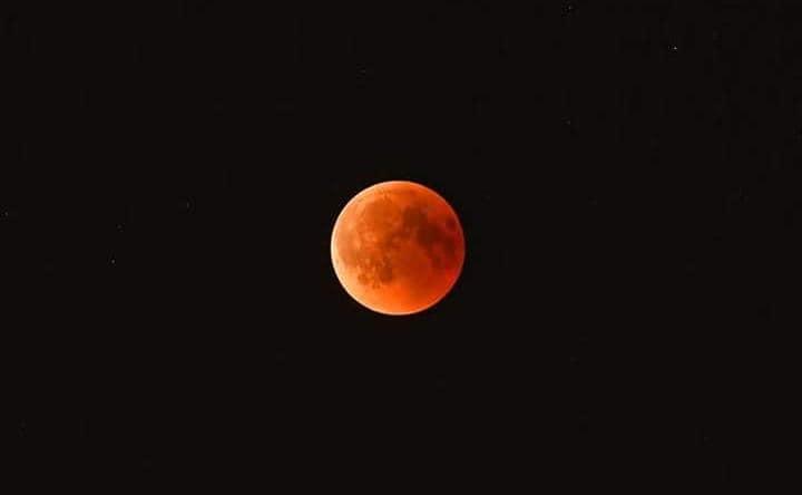 AVELLA.Anfiteatro romano,la luna rossa incanta centinaia di visitatori nell'arena.