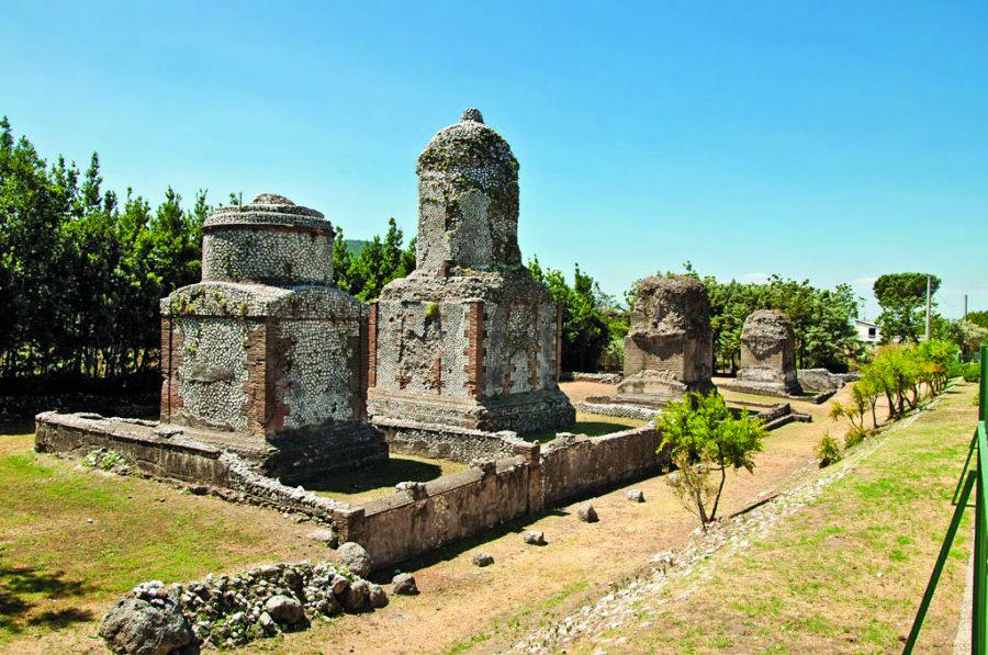 005 - Parco dei monumenti funerari in Località Casale e la strada verso Calatia